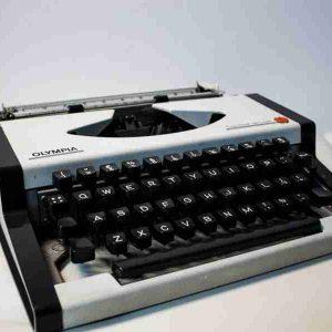 Olympia Traveller de Luxe typewriter portable